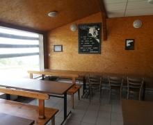 La vaste salle attenante