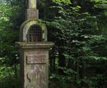 Stèle dans les bois