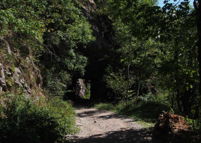 Il y a sentier sous roche